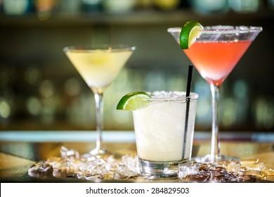 Une variété de cocktails au bar.