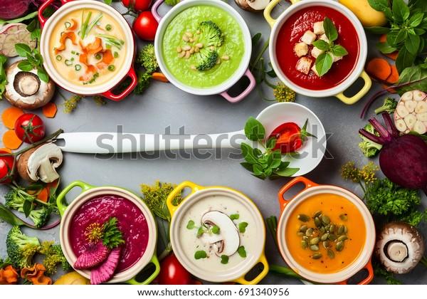 色とりどりの野菜クリームのスープやスープの具。平面図。健康的な食べ物やベジタリアン料理のコンセプト。