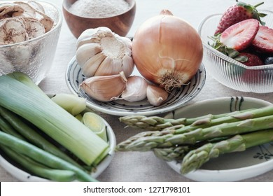 variety of prebiotic foods, raw green banana, asparagus, onions, garlic, leeks, berries and green beans for gut health
