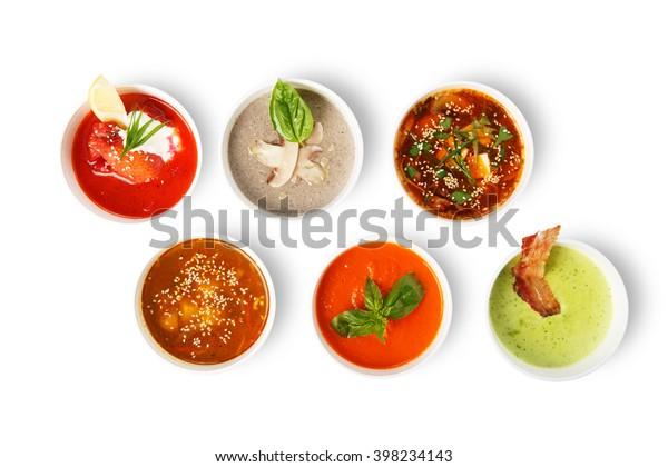 お店の温かい料理、ヘルシーな食べ物が豊富。白い背景に日本のみそ、アジアの魚のスープ、ロシアのボルシュト、イギリスの豆スープ、きのこスープ、スペインのガスパチョ。平面図、平面図。
