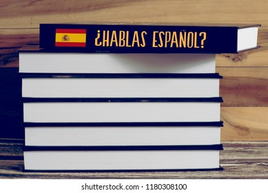Various books and a book with the Spanish title Do you speak Spanish