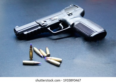 verschiedene Bilder mit Waffen