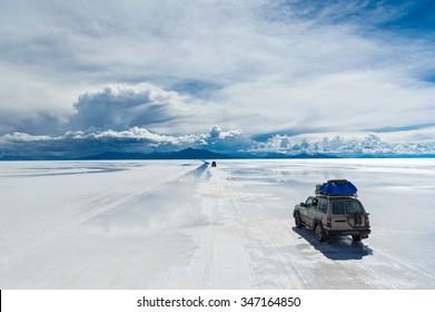 Various off-road vehicles driving onSalar de Uyuni
