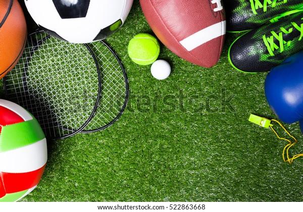 Различные спортивные инструменты на траве