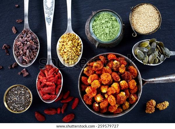 Diverse superfoods op zwarte achtergrond