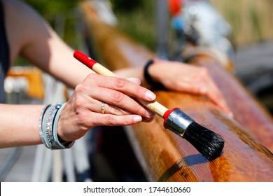 Vernis en bois d'un voilier classique