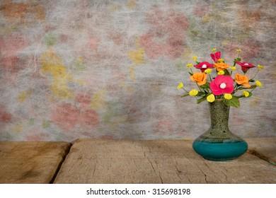 Vase flower with wooden platform