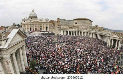 VATICAN CITY, VATICAN - APRIL 08 :  General view shows faithfuls gathered for the funeral of Pope John Paul II in St Peter's Square at the Vatican City  on April 08, 2005.