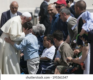 VATICAN CITY, VATICAN - MAY 28 :  Pope Francis greets the pilgrims during his weekly general audience in St Peter's square at the Vatican on May 28, 2014.