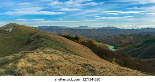 Veduta dalla cima del Monte Antola, a cavallo tra Liguria e Piemonte verso nord. In figura si vedono gli appennini liguri e in fondo anche uno scorcio di pianura padana.