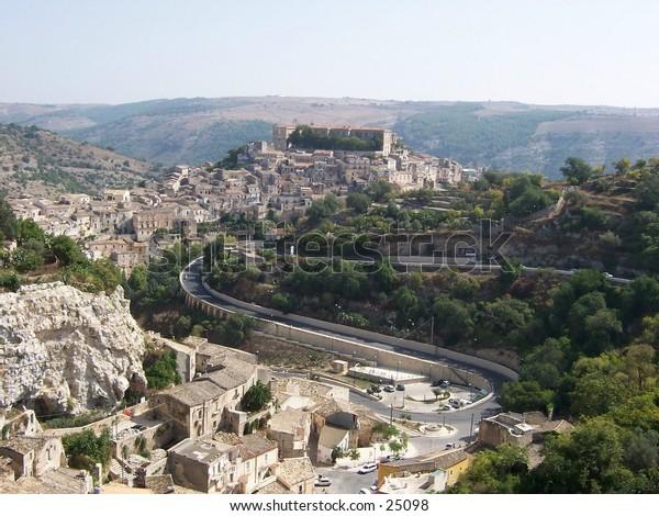 Veduta dei Monti Iblei e della vallata con Ragusa Ibla e Largo San Paolo, Sicilia. Monti Iblei's landscape, valley, Largo San Paolo, Ragusa Ibla, Sicily