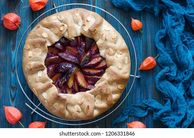 Vegan biscuit with plums and almonds
