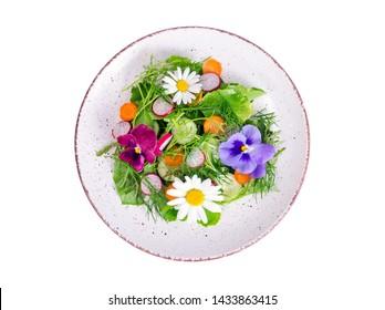 Gemüsesalat mit essbaren Blumen auf weißem Hintergrund. Studioaufnahme