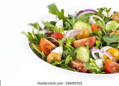 Gemüsesalat auf weißem Hintergrund
