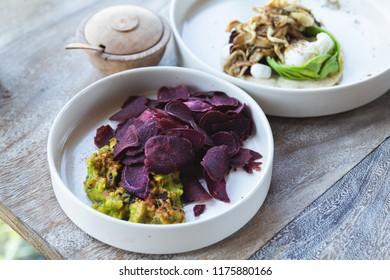 Vegeterian kitchen - Beetroot veggie chips and guacamole