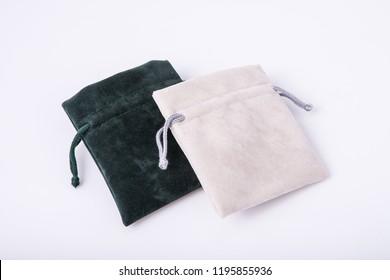 Samtbecher für Schmuck einzeln auf Weiß