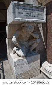 Venice, Italy: Il Gobbo di Rialto, a granite statue of a hunchback found opposite the Church of San Giacomo di Rialto at the end of the Rialto in Venice. Inscription: the date of the restoration
