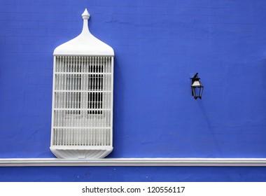 Ventana de Trujillo con pared azul
