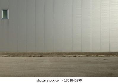 Belüftete graue Wand, mit senkrechten Polka-Punkte Aluminium-Paneele, geflieste Bürgersteig und Asphalt Straße vor. Hintergrund für Kopienraum