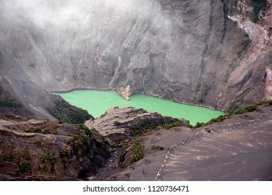 Cráter verde del Volcán Irazú en Cartago, Costa Rica