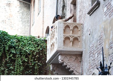 Verona, Italy - September 5, 2018: Tourists visiting 14th-century house of Juliet with the purported balcony. Juliet Capulet is the female protagonist in William Shakespeare's tragedy Romeo and Juliet
