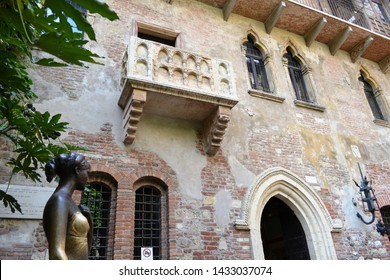 """Verona/Italy - May 9, 2015: Balcony of Juliet and bronze statue of Juliet Capuleti of the house-museum of Juliet, described by William Shakespeare in his famous poem """"Romeo and Juliet"""" of 1594."""