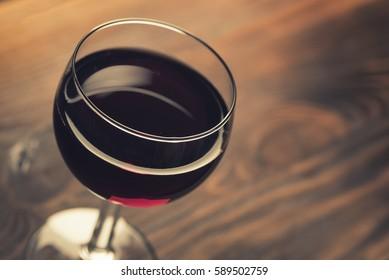 Verre de vin rouge sur bois