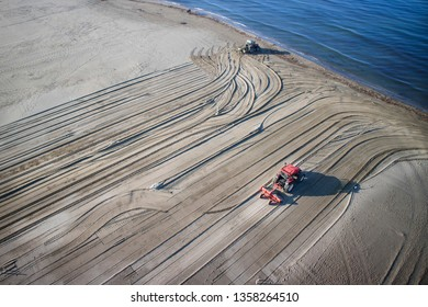 Versilia Tuscany, work to restore and level the beach while waiting for the summer season
