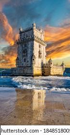 Vertikale Zusammensetzung des Sonnenuntergangs über dem Belem Turm mit Reflexion