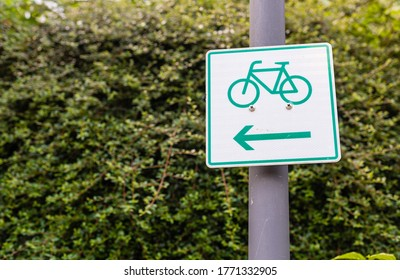 Vertical marking of bicycle paths. Only for bicycle vehicles.