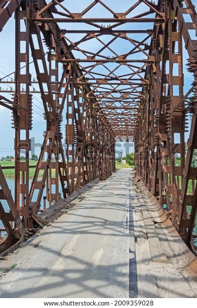 very-old-rusty-railway-bridge-600w-20093