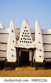 Very special and a highlight by any Mole visited is the Mosque in Larabange. Is is estimated that the Mosque built 1421. The exactly date is unknow, but they it the oldest Mosque in Ghana.