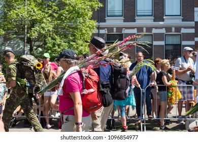 Via Gladiola, participants with flowers and viewers on the last day of the Four Days March (vierdaagse of 4daagse loop) Nijmegen, the Netherlands 21 July 2017.