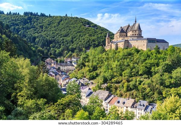 ヴィアンデン城とルクセンブルクの小さな谷。