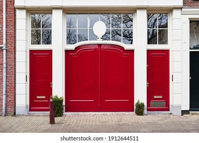 eine lebendige rote Tür auf einem Luxushaus in einer Stadt
