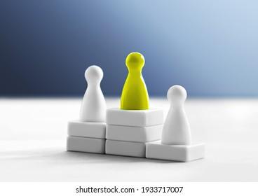 Konzept der Sieger-, Hierarchie- und Leistungserkennung. Gewinner auf dem ersten Platz auf dem Podium. Der beste Konkurrent. Die obersten drei Ränge. Ein anderer und einzigartiger Führer und Meister im Wettbewerb oder Wettbewerb
