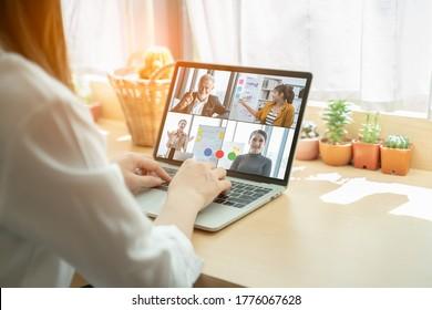 Video-Call-Gruppe von Geschäftsleuten treffen sich auf virtuellem Arbeitsplatz oder Remote-Büro.Remote-Arbeit, virtuelle Sitzung und Online-Video-Konferenz Interview Call-Konzept.Manager spricht online mit Mitarbeitern