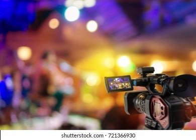 Videokamera mit Video-Streaming auf Veranstaltungshintergrund