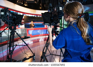 VIDEO OPERATOR GIRL REMOVES AS JOURNALIST TALKS INTERVIEW IN TELEVISION STUDIO