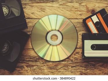 cintas de vídeo, cintas de audio y discos compactos en una mesa de madera