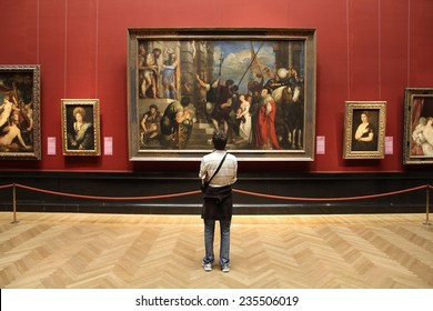 VIENNA, AUSTRIA - SEPTEMBER 8, 2011: Tourist admires art in Museum of Art History in Vienna. With 559k visitors in 2010, the museum is among 100 most visited museums worldwide. Art of Rubens.