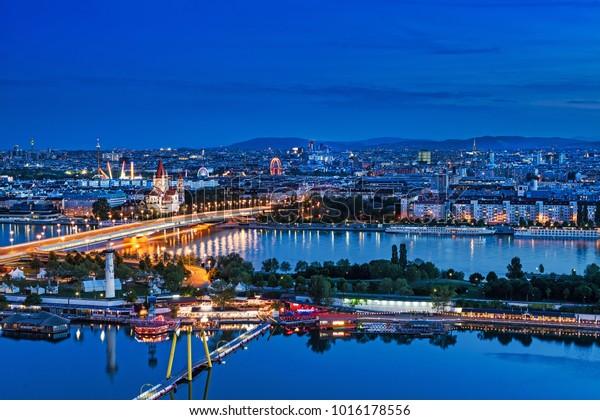 Wiener Panorama Abends, Stadtlandschaft mit Fluss Danube