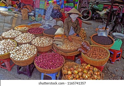 VIETNAM, SAIGON – FEBRUARY 20, 2001: lady selling garlic and anions in Ben Thanh district open market. The place has a great humanity.