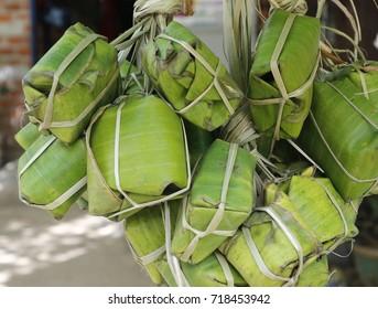 Des rouleaux de porc fermentés vietnamiens se vendent sur le marché