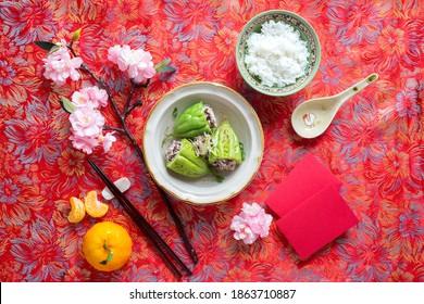 Nourriture vietnamienne pour les vacances Tet au printemps, c'est de la nourriture traditionnelle pour la nouvelle année lunaire : soupe de melon amer farcie de viande hachée, gâteau de riz glutiné cylindrique, crevettes séchées, petits poireaux saupoudrés