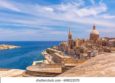 Aussicht von oben auf die goldenen Kuppen der Kirchen und Dächer mit der Kirche der Marienkirche des Berges Carmel und der St. Paul's Anglican-Kathedrale, Valletta, Hauptstadt von Malta