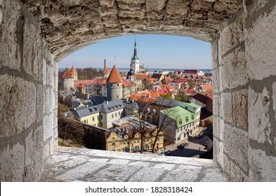 Vista desde arriba desde la ventana de piedra del Casco Antiguo de Tallin en verano, Estonia