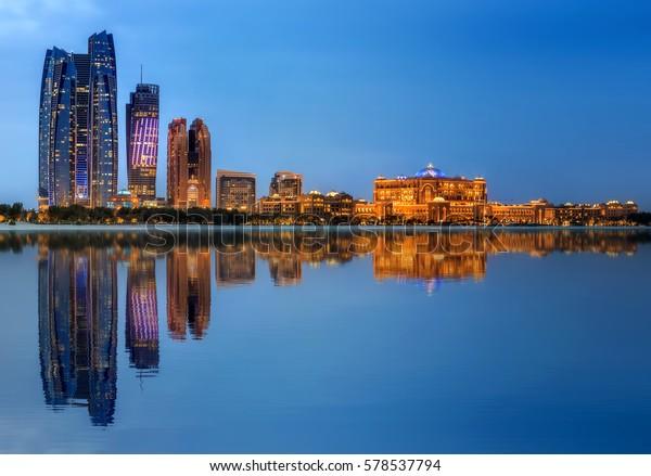 Aussicht auf Abu Dhabi Skyline bei Sonnenuntergang, Vereinigte Arabische Emirate