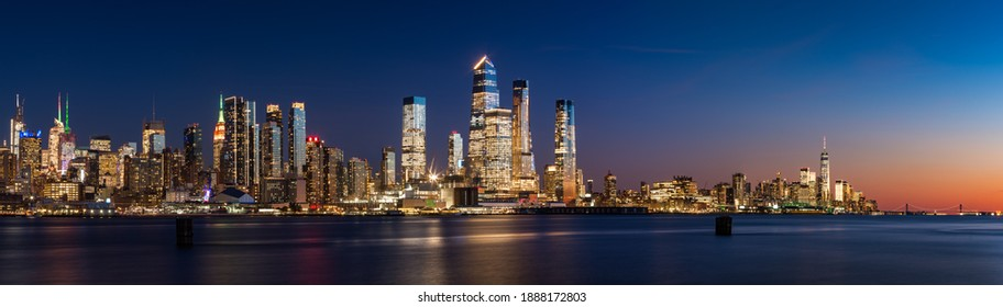 View across Hudson River of skyscrapers of New York City. Manhattan skyline at sunset from Midtown West to Lower Manhattan (Hudson Yards and World Trade Center). NY, USA