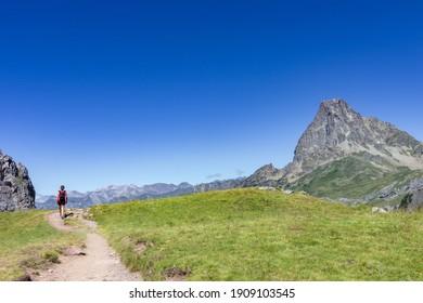 Vue sur les lacs Ayous et la montagne Midi d'Ossau dans les Pyrénées (France)